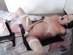 Беременная шатенка ебётся с секс-машиной и мастурбирует вибратором