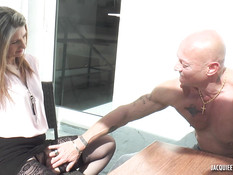 Светловолосая зрелая француженка трахается с лысым в киску и анус