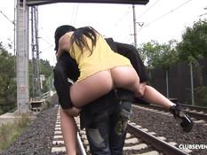 Бойфренд привёл девушку на железную дорогу и отымел во все дырочки