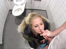 Немецкая блондинка отсосала в машине и дала отыметь себя в туалете