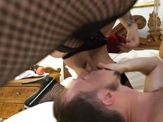 Два сиськастых транссексуала на кровати отпердолили парня в задницу