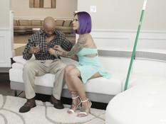 Грудастый транс с фиолетовыми волосами и тату ебётся с лысым негром