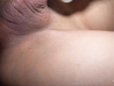 Мужчина занимается анальным сексом с темноволосым азиатским трансом