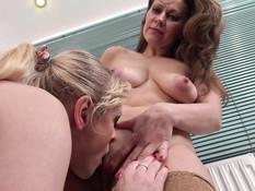 Две зрелые русские дамы занимались лесби сексом и ебались с мужиком