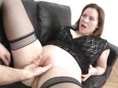 Пышногрудая чешская дама в чёрных чулках ебётся с мужиком на диване