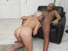 Зрелая чешская блондинка занимается любовью с лысым чёрным парнем