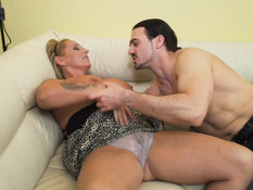 Толстая милф с большой грудью ебётся на диване со своим любовником