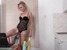 Страстная русская зрелая блондинка затрахала молодого любовничка
