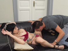 Паренёк пришёл в гости к зрелой любовнице и отъебал даму на диване