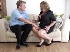 Склонная к полноте пышногрудая мамочка ебётся с мужчиной на диване