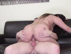 Толстая мамочка с каштановыми волосами трахается с мужиком на диване