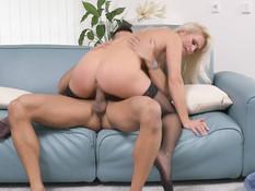 Сексуальная зрелая блондинка с большой грудью соблазнила паренька