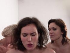 Мужик оттрахал в позе раком и обкончал трёх горячих русских дамочек