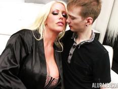 Возбуждённая сиськастая дамочка соблазнила на секс худого парнишку