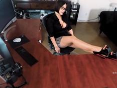 Пышная секретарша с большими сиськами трахается с коллегой в офисе