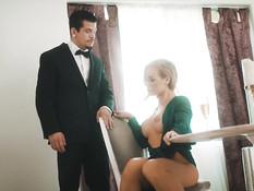 Сексуальная сиськастая блондинка трахается с любовником на кровати
