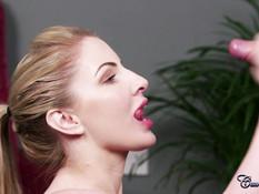 Блондинка с большой натуральной грудью выдрочила всю сперму из члена