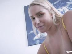 Голубоглазая блондинка с большими сиськами ебётся с парнем на кровати
