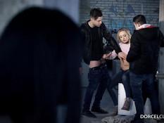 Блондинка предложила двум мужикам оттрахать подглядывающую брюнетку