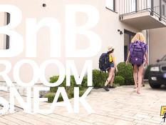 Три похотливые молодые туристки затрахали мужика управляющего отелем