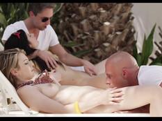 Две худые девчонки трахаются со своими парнями на тропической вилле
