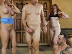 Возбуждённые американские свингеры занимаются сексом на пороге дома