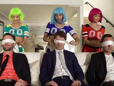 Три сексуальные девушки пришли на свинг пати в костюмах чирлидерш