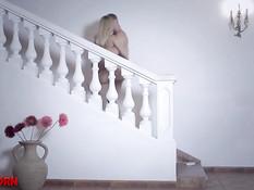 Влюблённый парень принёс в ванную русскую блондинку и отымел в киску