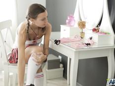 Милая русская девушка с косичками оттрахала себя большим вибратором