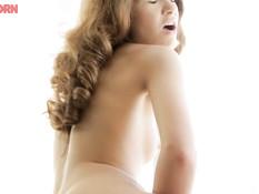 Худенькая русская девчонка раздевается и мастурбирует клитор руками