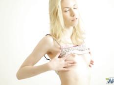 Молодая русская блондиночка с пирсингом пупка мастурбирует клитор