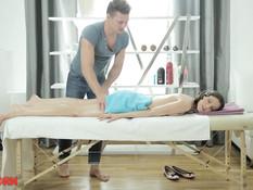 Сделал массаж молодой русской брюнетке и отодрал на массажном столе