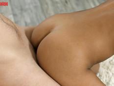Тощая русская девка с маленькой грудью делает минет и ебётся с парнем