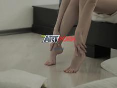 Стройная русская девчонка мастурбирует письку пальцами и вибратором