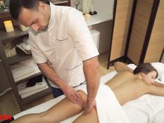 Мужчина отодрал молодую русскую шатенку после эротического массажа