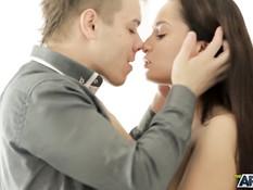 Перевозбуждённая русская девушка присоединилась к сексу молодой пары