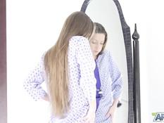 Голубоглазая русская худышка с длинными волосами мастурбирует письку
