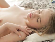 Две молодые русские красотки на кровати занимаются лесбийским сексом