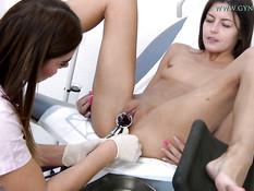 Женщина гинеколог провела обследование стройной чешской девчонки