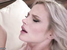 Худенькая блондиночка дрочит член ногами и даёт отпердолить в анал