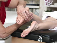 Облизал ноги худой татуированной девчонке и забрызгал ступни спермой