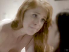 Стройная бисексуальная шлюшка ублажает своих похотливых клиентов