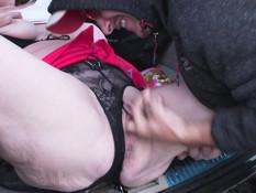 Грудастая английская мамочка трахается с тремя мужиками за городом