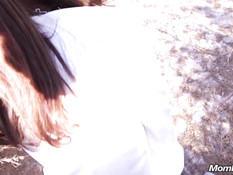Бесстыжая рыжая милфа гуляет без трусиков в парке и ебётся раком