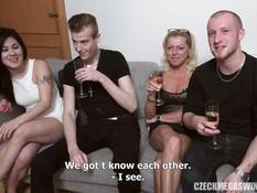 Мужчины трахают сексуальных чешских девушек на безумной свинг пати