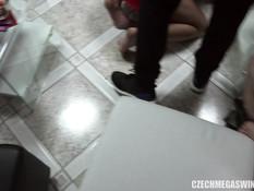 Большая развратная секс оргия чешских свингеров на вечеринке в Праге