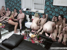 В самой большой комнате чешские свингеры занимаются групповым сексом