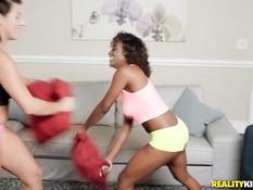 Кудрявая мулатка занимается лесби сексом с грудастой белой девушкой