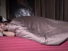 Бородатый мужик стянул с молодой мулатки одеяло и отодрал её в киску