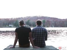 Голубые парни приехали в домик на озере и занялись в нём гей сексом